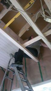 Kääks.. Ylhäältä kaikki näyttää korkeammalta ! Parven rungosta on apua katon tekemisessä.